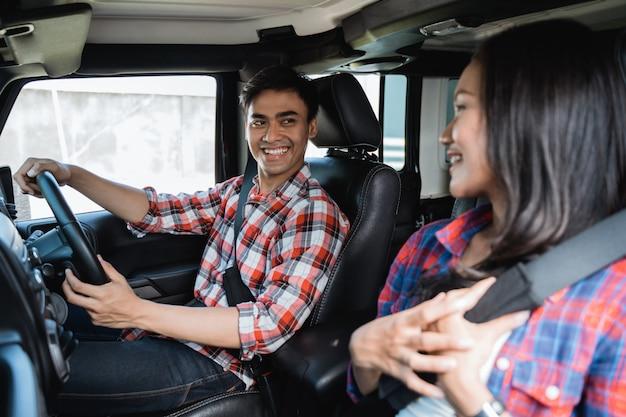 Casal asiático indo de carro juntos