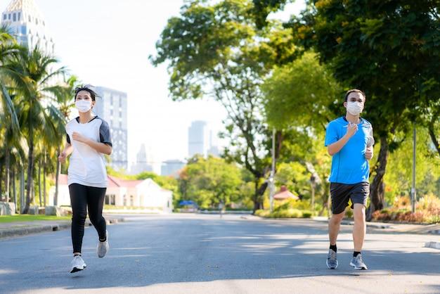 Casal asiático mulher e homem correndo