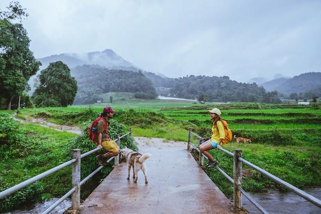 Casal asiático na natureza