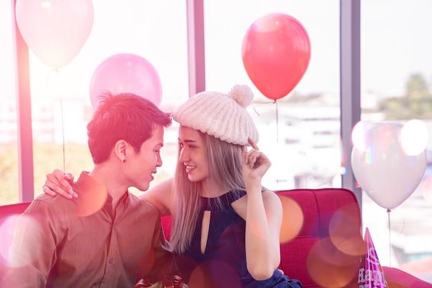 Casal asiático namoro no dia dos namorados