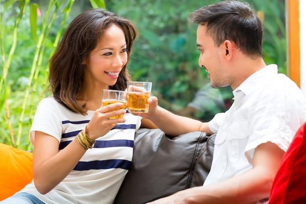 Casal asiático no sofá