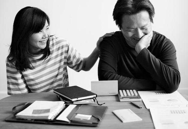 Casal asiático planejando o investimento