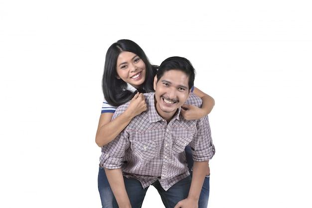 Casal asiático romântico apaixonado se divertindo juntos