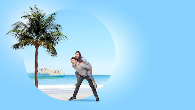 Casal asiático se divertindo com fundo de areia da praia