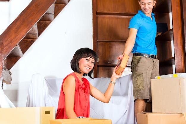 Casal asiático se movendo na nova casa