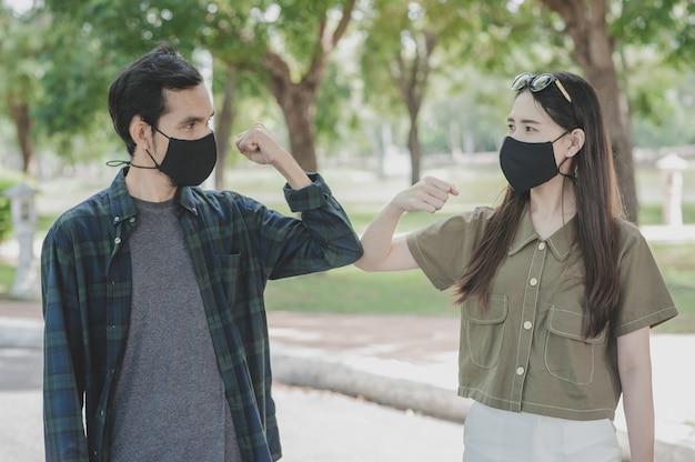 Casal asiático usando máscaras médicas