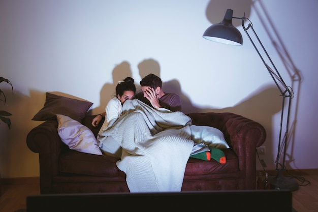 Casal assistindo a um filme assustador