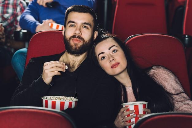 Casal assistindo filme interessante juntos Foto gratuita