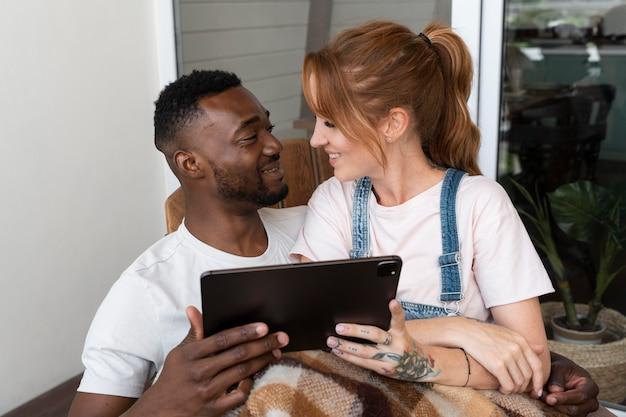 Casal assistindo netflix em um tablet