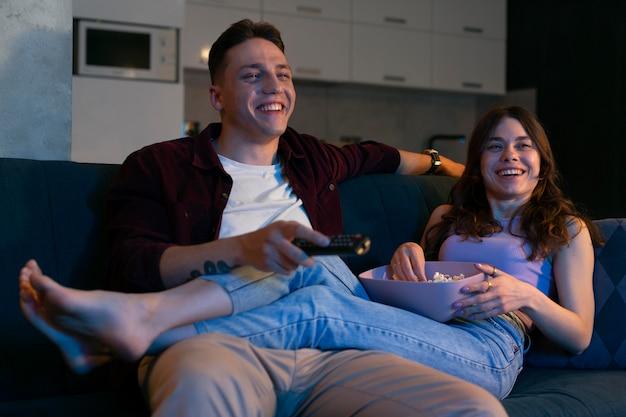 Casal assistindo netflix juntos dentro de casa
