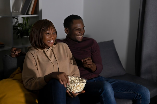 Casal assistindo netflix juntos em casa dentro de casa