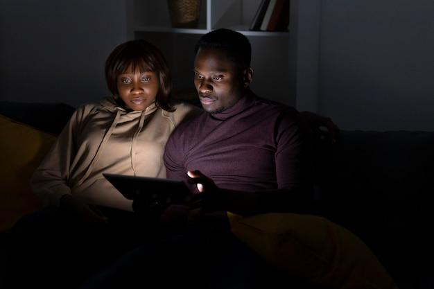 Casal assistindo netflix juntos em casa
