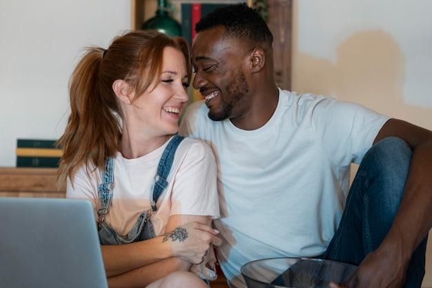 Casal assistindo netflix juntos no quarto