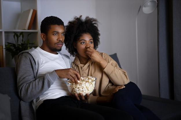 Casal assistindo serviço de streaming em casa