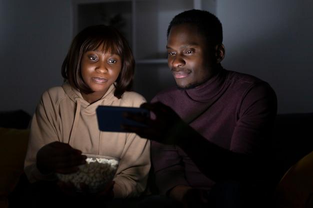 Casal assistindo serviço de streaming juntos em casa