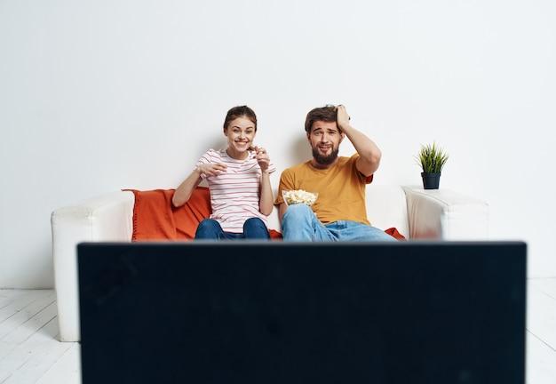 Casal assistindo tv no sofá