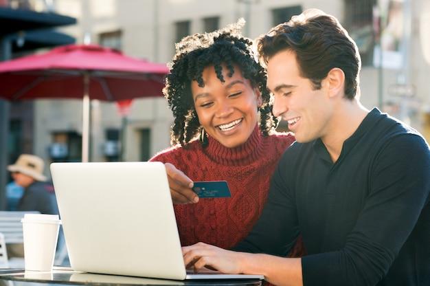 Casal atirando online com cartão de crédito