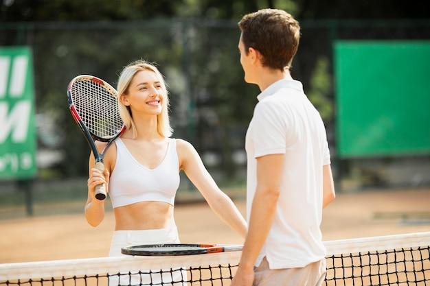 Casal ativo na quadra de tênis