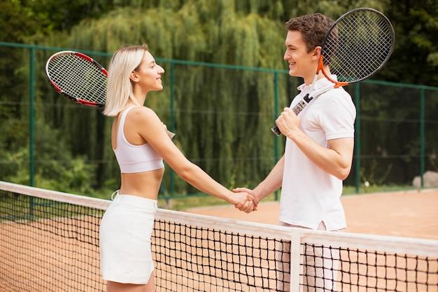 Casal ativo pronto para jogar tênis