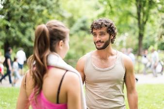 Casal Atlético falando em um parque