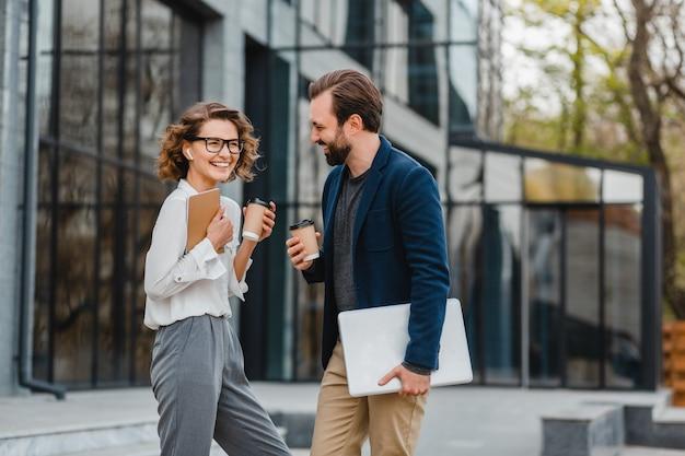 Casal atraente de homem e mulher conversando no centro urbano da cidade