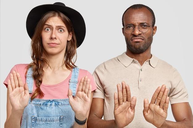 Casal atraente faz gesto de recusa