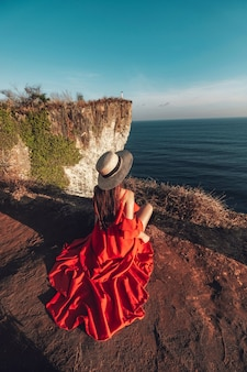 Casal aventura e vista sobre o penhasco karang boma em uluwatu bali na indonésia