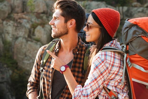 Casal aventureiro perto do desfiladeiro olhando para longe