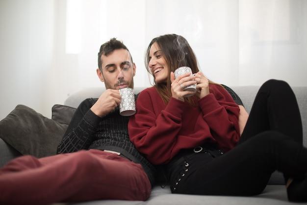 Casal bebendo uma xícara de café