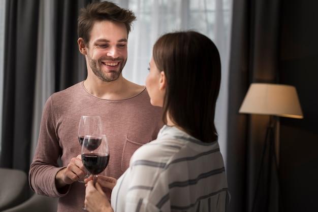 Casal bebendo vinho em casa