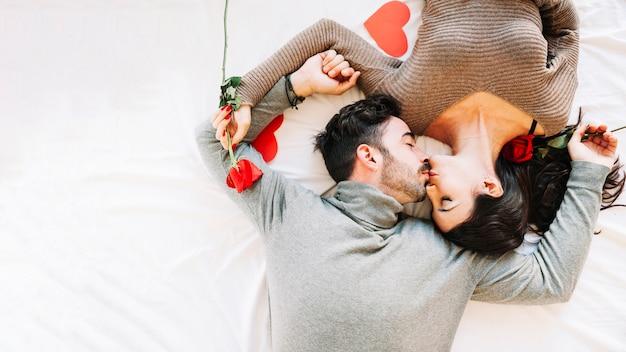 Casal beijando na folha branca