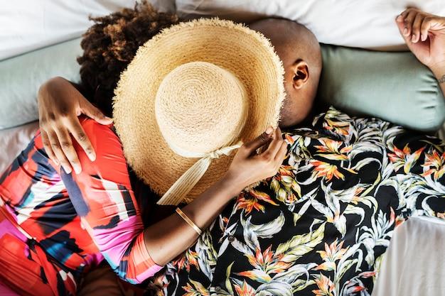 Casal boêmio romântico na cama