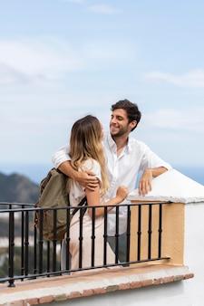 Casal bonito ao ar livre com foto média