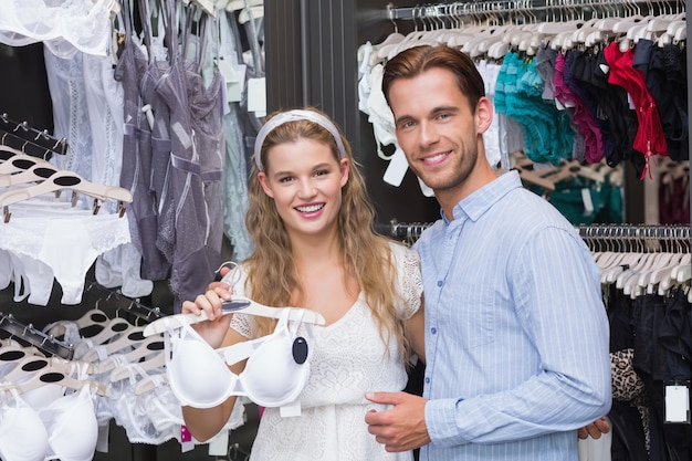Casal bonito comprando roupas íntimas