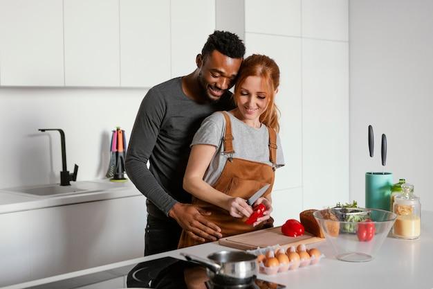Casal bonito cozinhando tiro médio