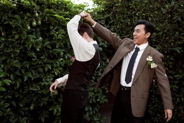 Casal bonito dançando com tiro médio