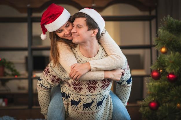 Casal bonito de natal sendo brincalhão
