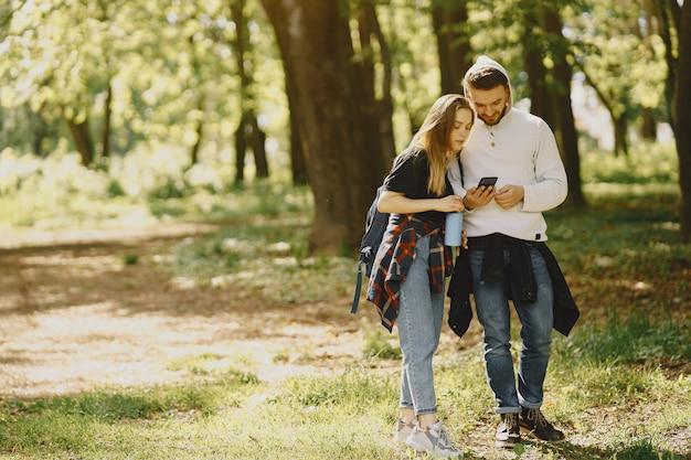 Casal bonito descansar em uma floresta de verão