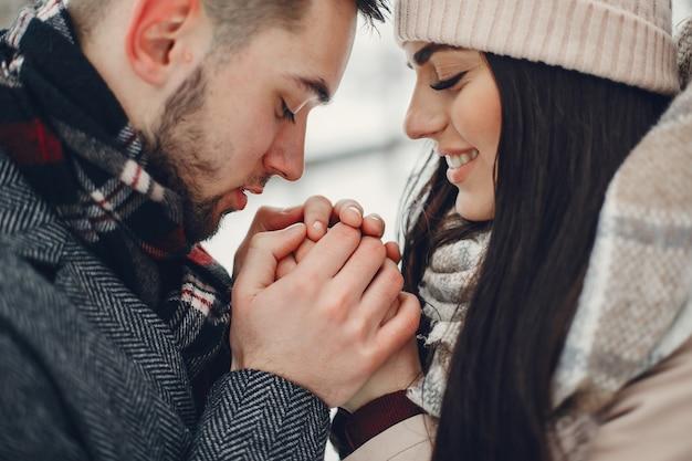 Casal bonito e amoroso em uma cidade de inverno