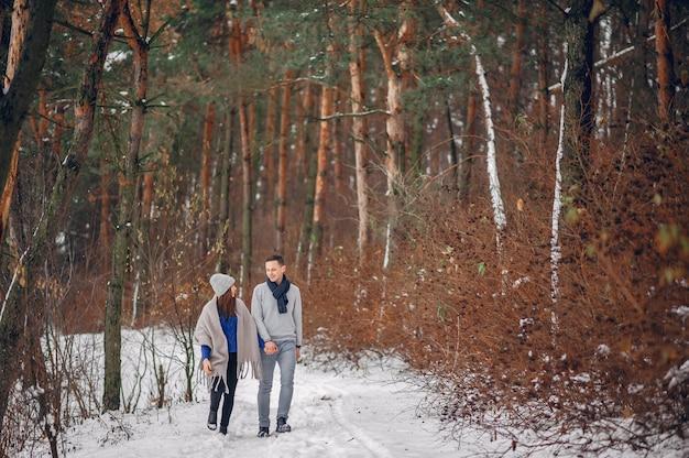 Casal bonito e amoroso em uma floresta de inverno