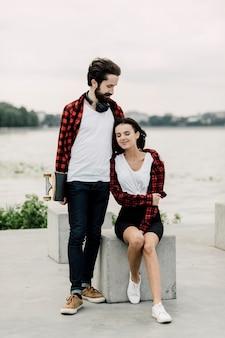 Casal bonito em trajes combinando