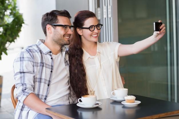 Casal bonito em um encontro com uma selfie
