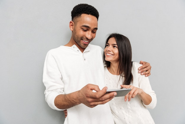 Casal bonito usando smartphone