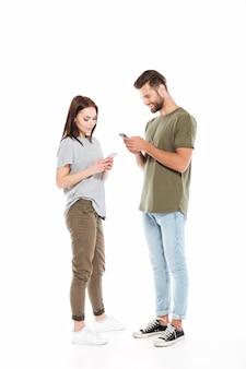 Casal bonito usando smartphones