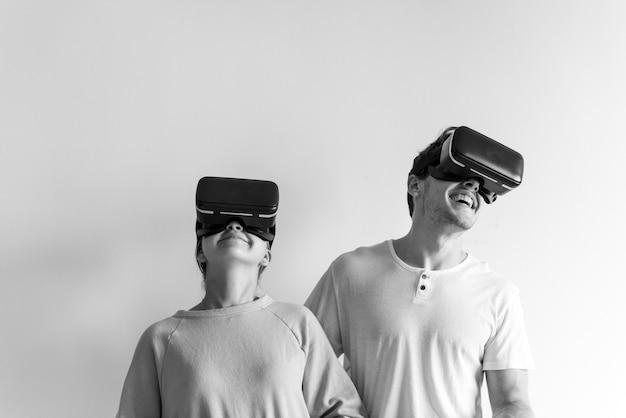Casal branco experimentando realidade virtual com fone de ouvido vr