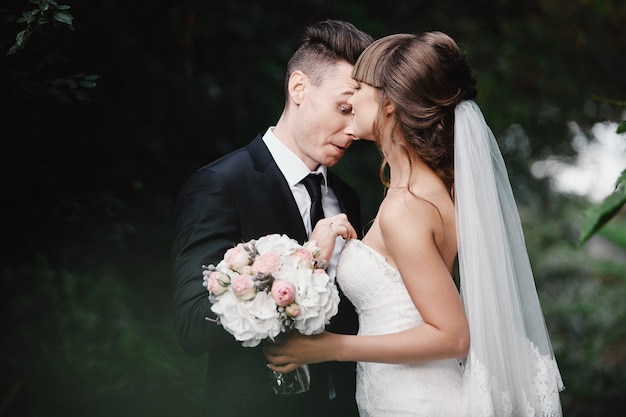Casal bravo brigando e brigando. noivas divertidas e loucas.