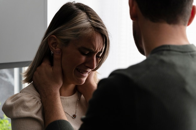 Casal brigando de raiva em casa