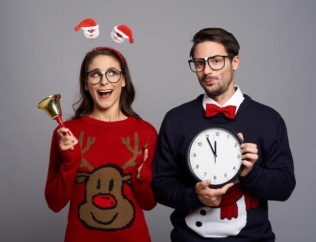 Casal brincalhão anunciando a época do natal