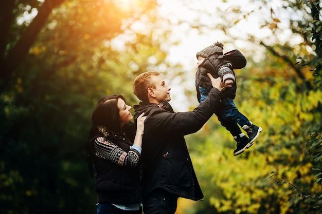 Casal brincando com criança no parque