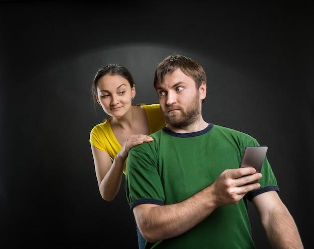 Casal brincando com smartphone